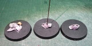 con los elementos pegados en la peana, los taladro para poder fijar la varilla metálica para anclar cuerpo y peana