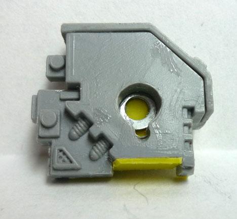 Detalle del interior con la arandela de metal para el imán del hombro
